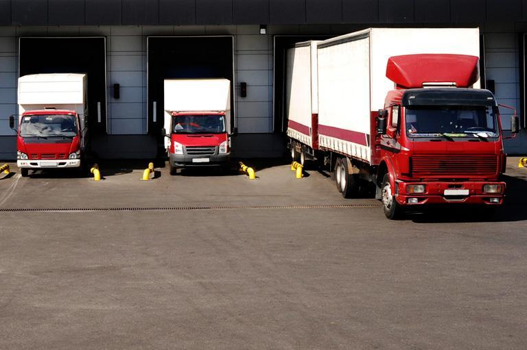Ciężarówki przy śluzach przeładunkowych